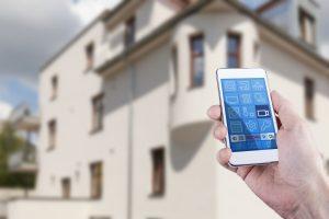 Mann berwacht seine Wohnung und steuert Kameras mit Smartphone